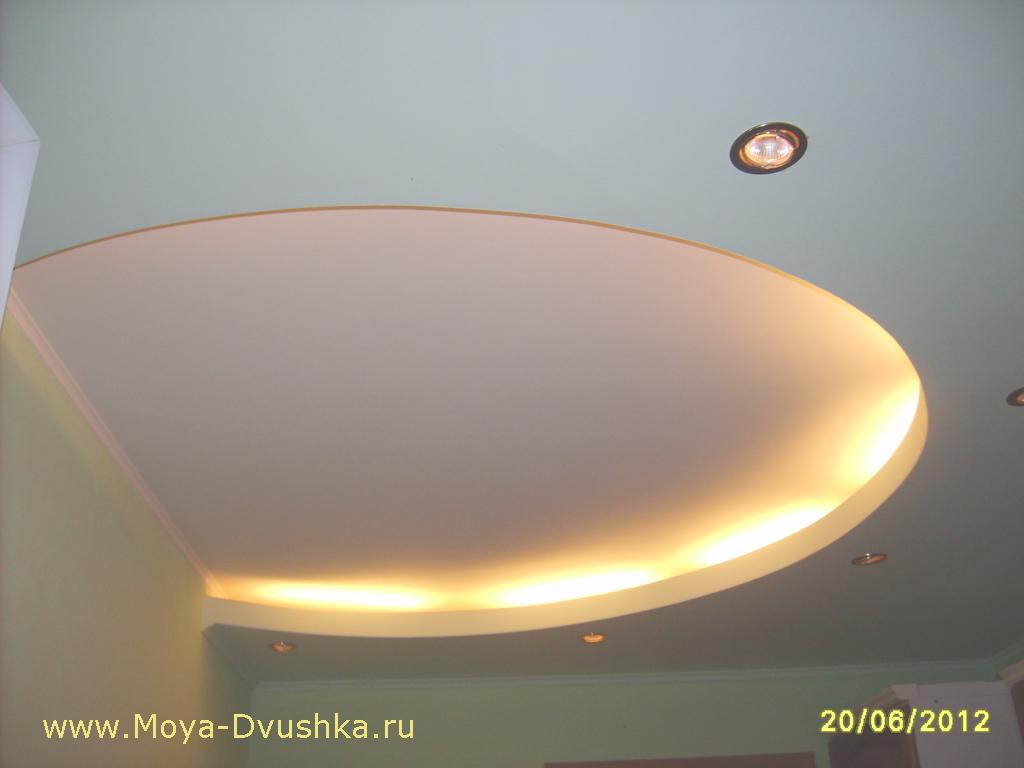 Дизайн потолка на кухне с включенным светом