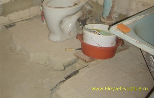 Демонтаж пола в ванной и туалете