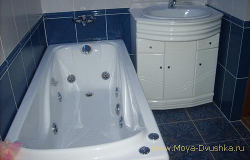Совмещенная маленькая ванна и маленький туалет