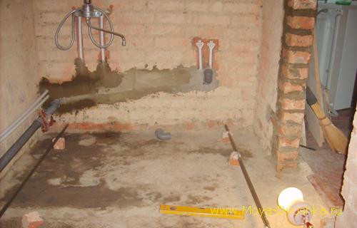 Разводка труб канализации и водопровода в стене