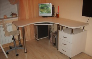 Маленький компьютерный стол своими руками