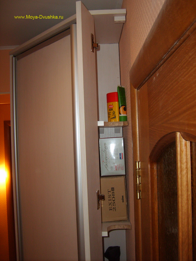 Полочки в узком отсеке углового шкафа
