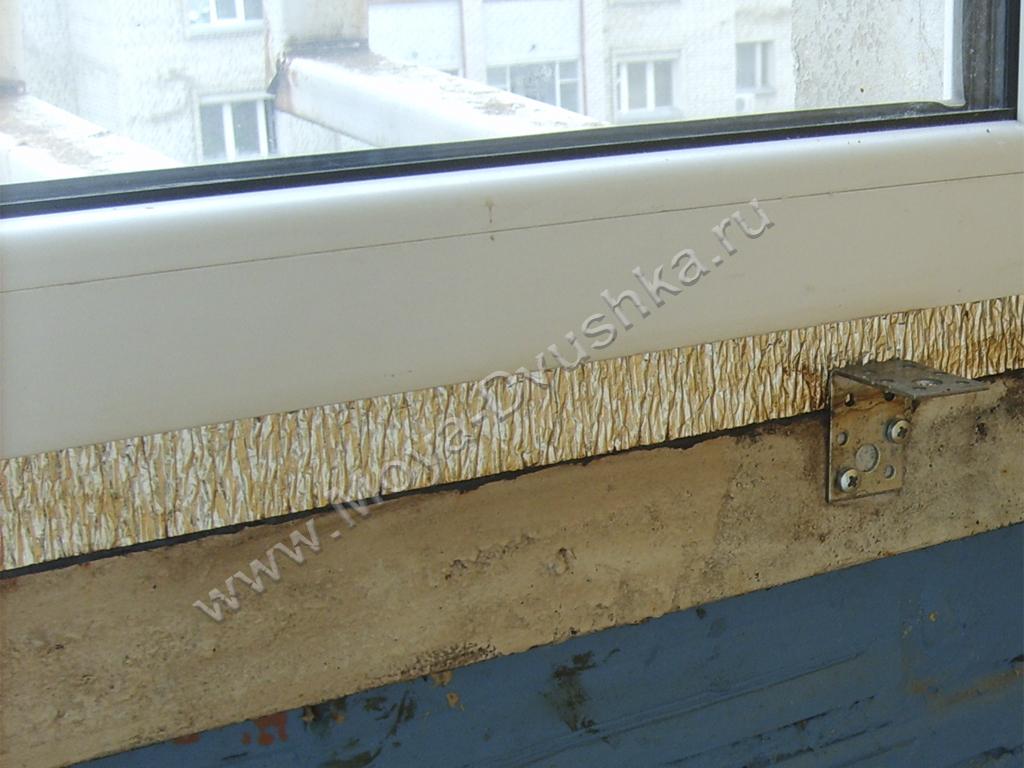 Профиль на кирпичном парапете с уголком для подоконника.
